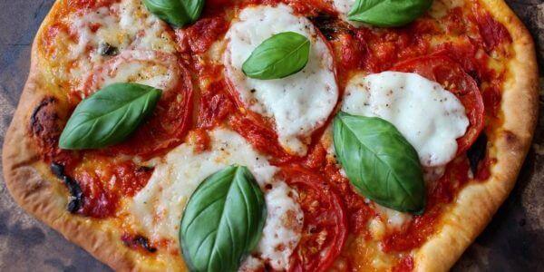 Skąd wywodzi się nazwa pizzy margherita?